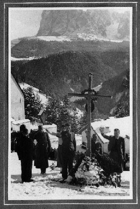 """Heldenbegräbnis"" in St. Jakob in Gröden. © Südtiroler Landesarchiv, Sammlung Option Tiroler Geschichtsverein"
