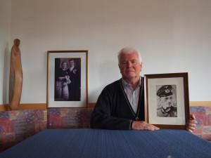 Johann Pfanzelter, Jg. 1935, Rücksiedler, Kastelruth, mit Bild seines Vaters in Wehrmachtsuniform. Im Hintergrund das Hochzeitsfoto seiner Eltern. Foto: Eva Pfanzelter